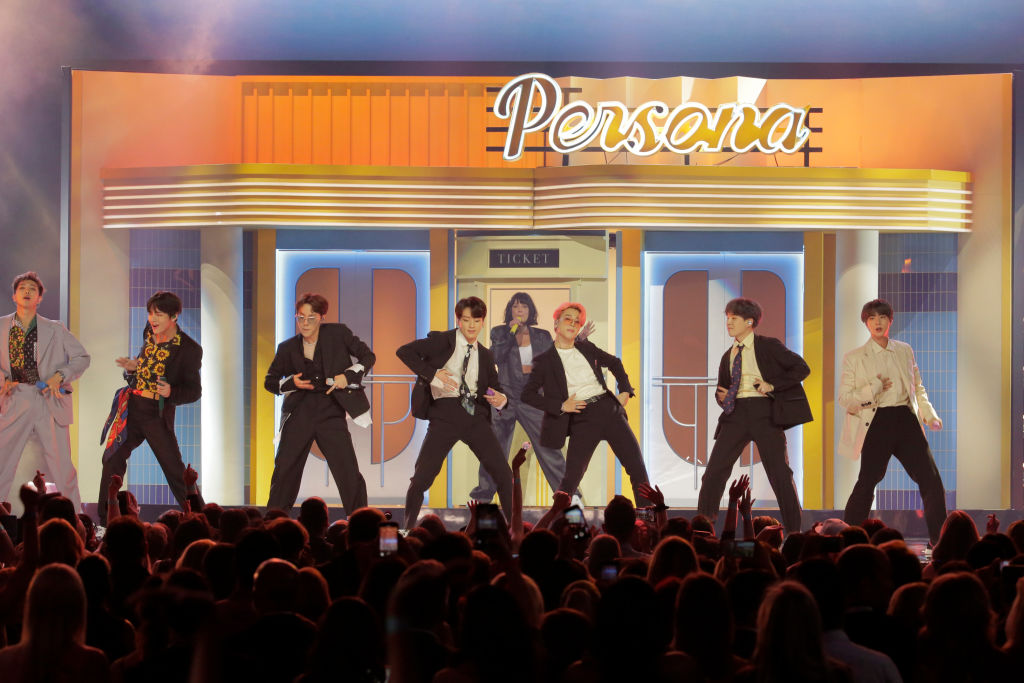 """BTS And Halsey Perform """"Boy With Luv"""" At BBMAs [WATCH"""
